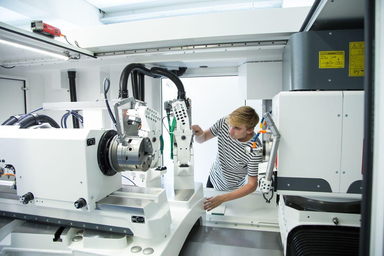 Konstrukteur am Ausmessen an einer Maschine