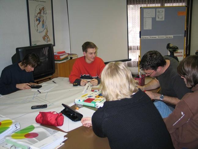 Konstrukteurlehrlinge beim Besprechen des Projekts Seifenkiste